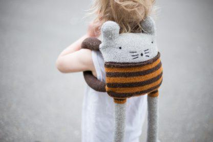 strikkemønster katt, strikkeoppskrift leke. ryggsekk barn.
